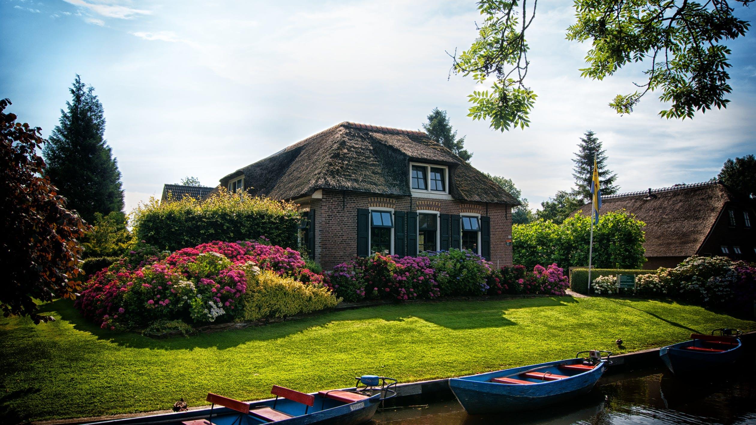 Jak urządzić ogród przed wejściem do domu?